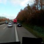 Man beachte den Platz zwischen dem Roten LKW und dem PKW auf der linken Spur...